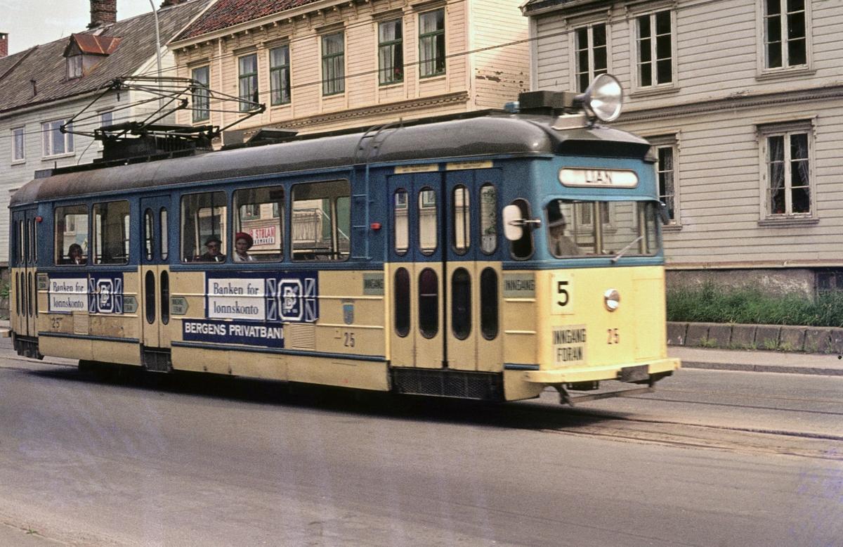 Trikk på linje 5 Voldsminde (Lademoen) - Lian i Kongensgate. Trondheim Sporvei vogn 25.