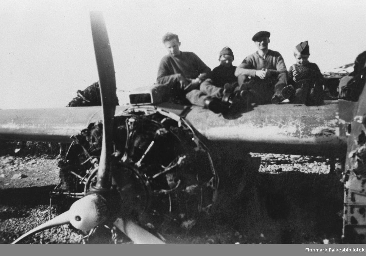 Flyvrak overfor Kibergstraktene, bildet er tatt i 1946.
