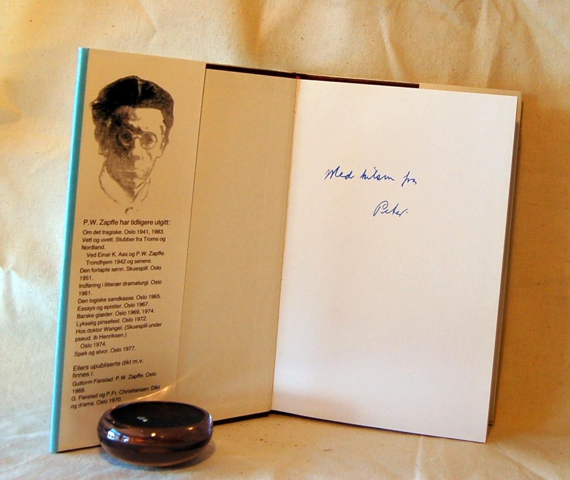 Filosofen Peter Wessel Zapffe og hans kone Berit testamenterte sin eiendom på Båstad i Asker til Universitetet i Oslo. Da det ble besluttet å selge eiendommen i 2009 ble deler av P.W. Zapffes arbeidsrom og andre eiendeler overlatt til Asker Museum. Denne samlingen inngår nå som en permanent utstilling på museet. 2 eks. (A og B)