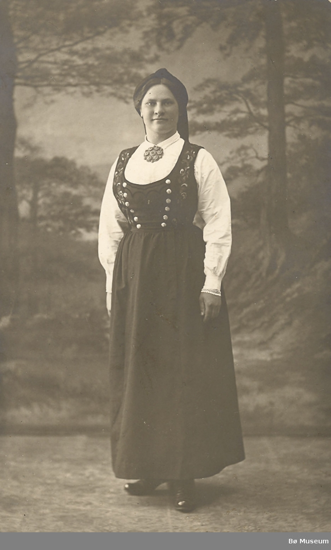 Kvinne i Tinn-bunad (Telemark)