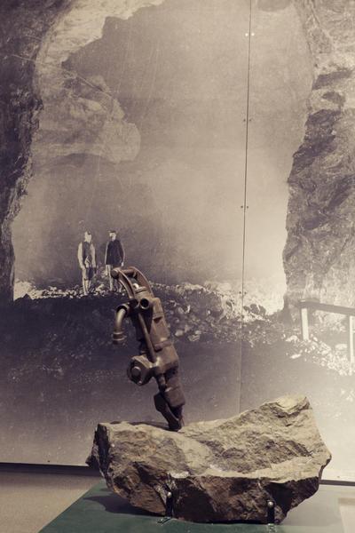 I moderne tid ble det tatt i bruk boremaskiner drevet med luft. I utstillingene på Informasjonssenteret står noe av utstyret som ble brukt i Gammelgruva. Foto/Photo
