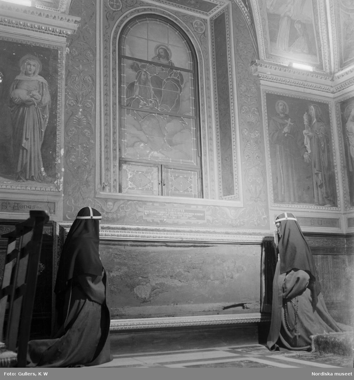 Två nunnor som ber vid den bordsskiva som den heliga Birgitta lyftes upp för att dö på