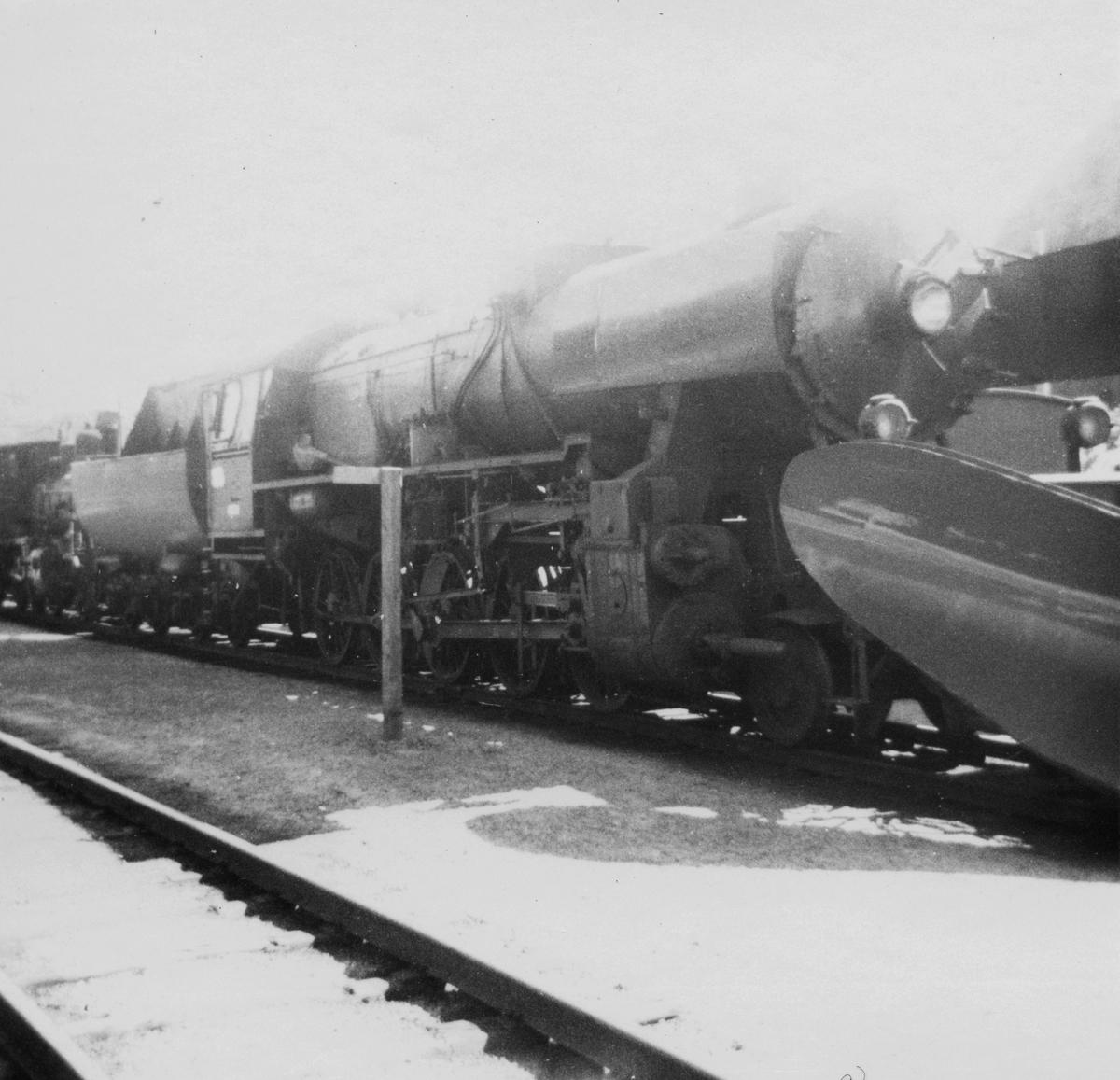 """""""Stortysker"""", damplokomotiv type 63a nr. 4836, her med stor frontplog, hensatt på Krossen ved Kristiansand. Lokomotivet ble formelt utrangert i 1970."""