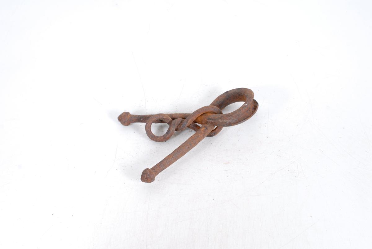 Form: Form som en løkke, lagt ov. hver. i kryss