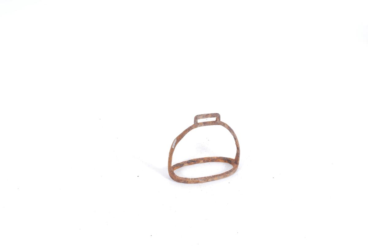 Form: Klokkeformet jernbøyle. Festehull på toppen og i bunnen en eliptisk jernring m/griperiller.