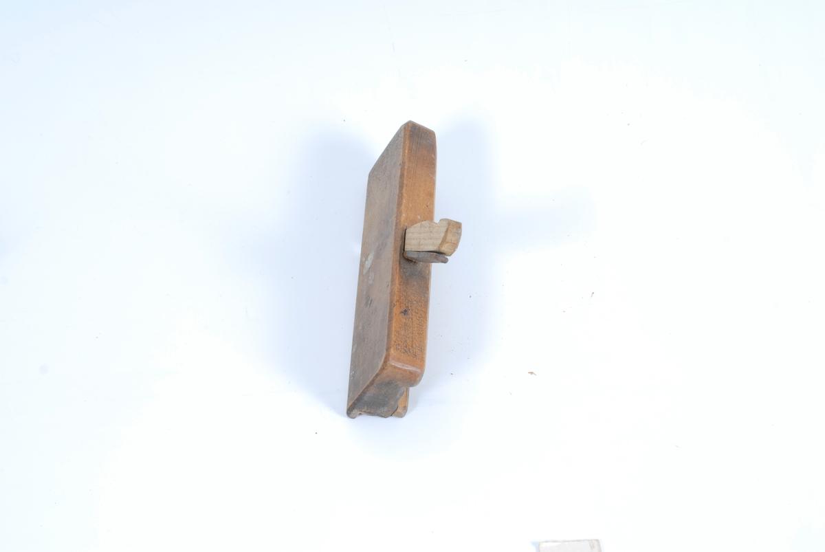 Teknikk: En kile er satt inn for at høveltannen, som løper gjennom kroppen og stikker opp over overflaten, skal sitte ordentelig fast. Form: Kroppen er et firkantet trestykke som er inn- snevret på den flatsiden med to paralelle spor. Under- siden har ytterst mot den ene flatsiden en styrekant. Ellers har siden paralelle spor som utgjør den omvendte profil. Magasinet på Tømte.