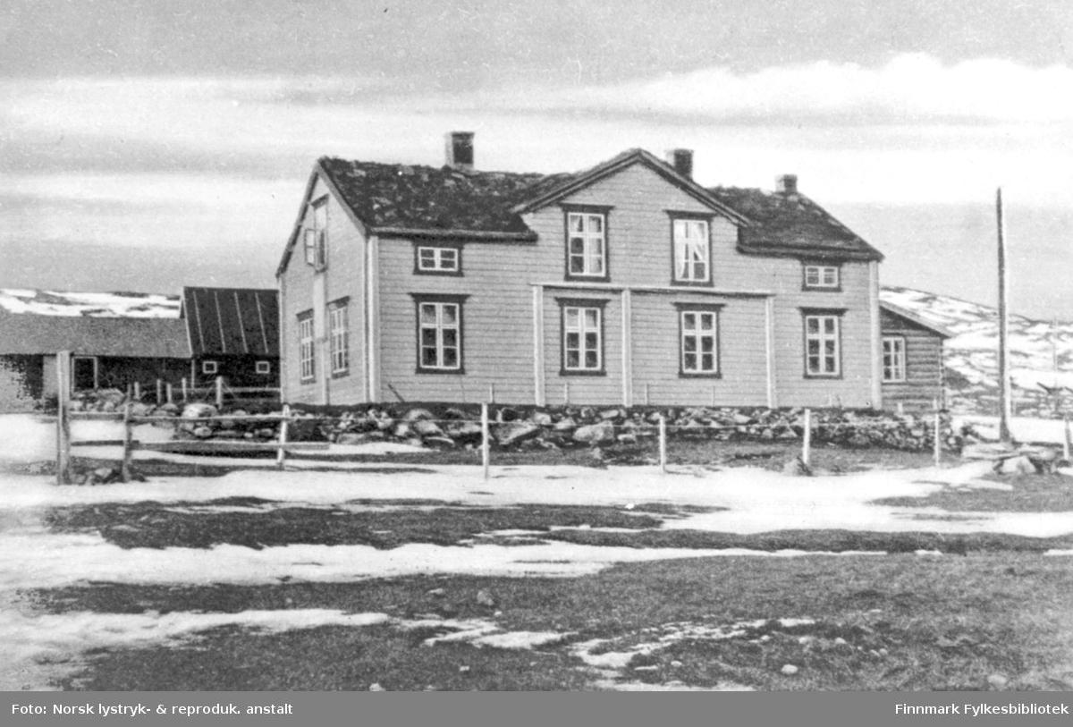 Et postkort av et pleiehjem for gamle og syke finner. Den norske Finnemisjonen i Tromsø. Bildet viser et stort hus noen tilbygg bak. Ut av det ene vinduet i andre etasje på hovedhuset henger det ut tepper. Bildet er antagelig tatt engang utpå våren, for det ligger enda litt sne utenfor.