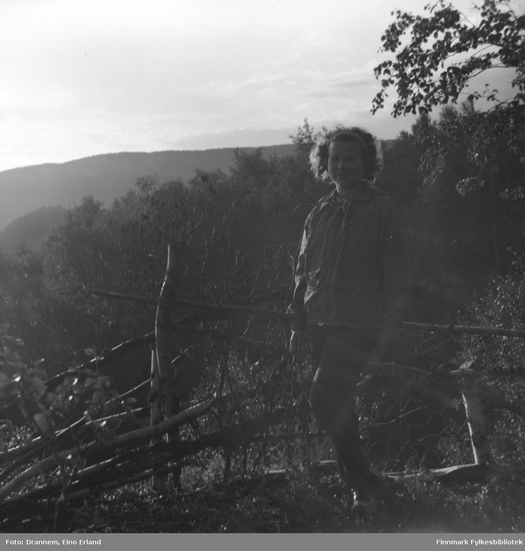 Turid Karikoski fotografert på en grusvei med en elv eller innsjø i bakgrunnen. Stedet kan være Neiden i Sør-Varanger.