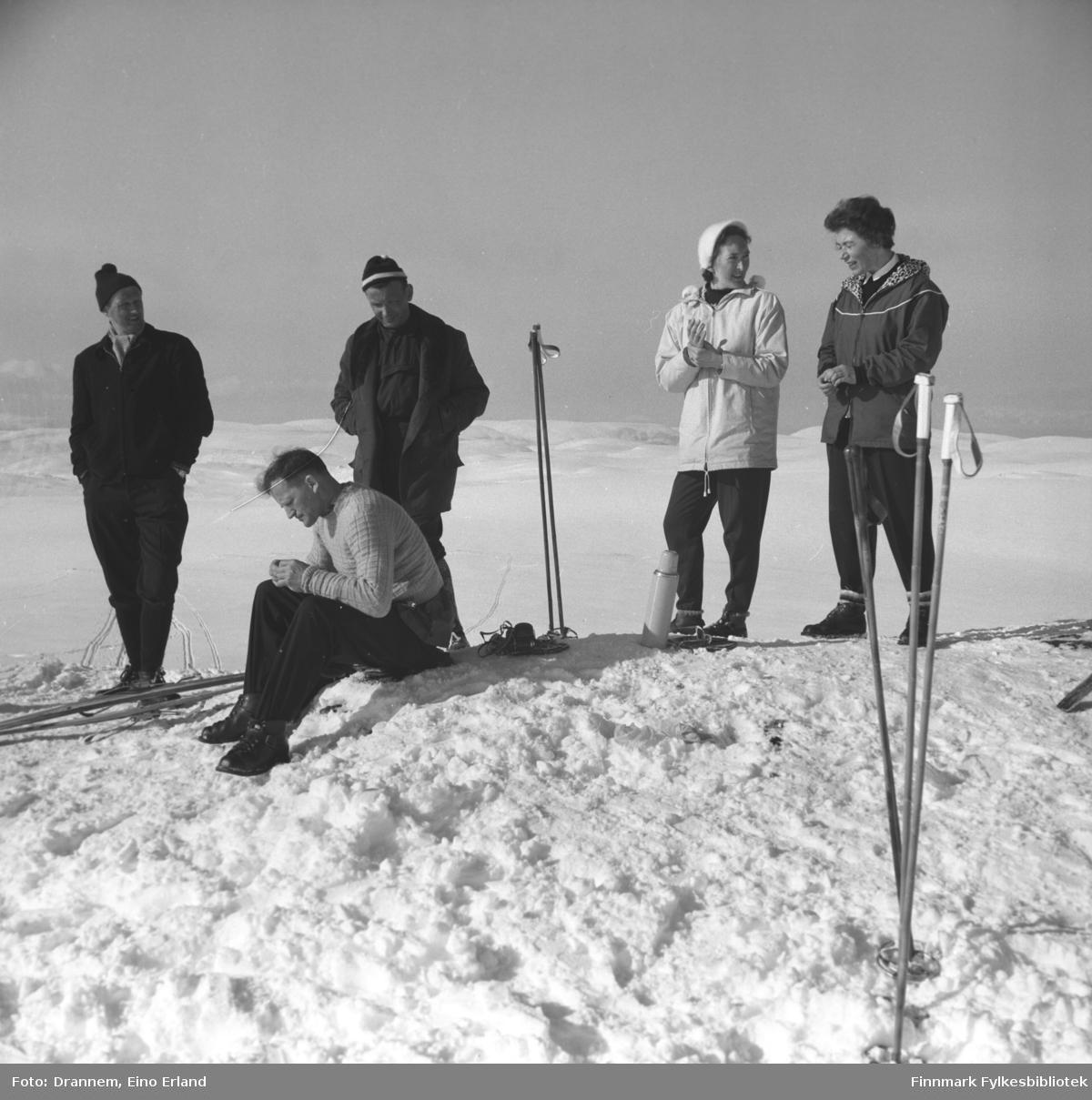 Fem personer på skitur i fjellet ovenfor Hammerfest. Jenny Drannem helt til høyre på bildet.