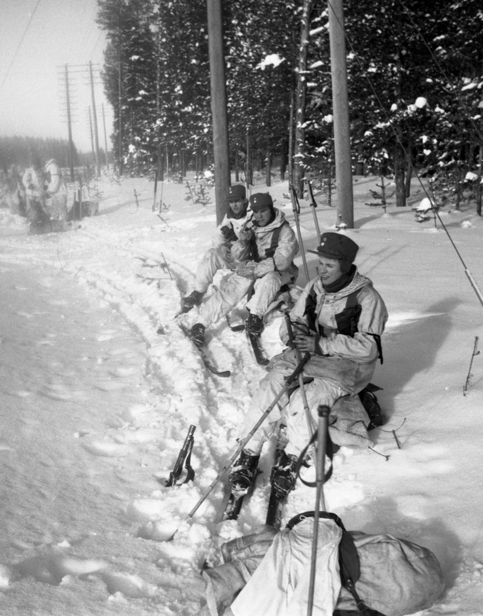 Soldater på rast under vinterövning. Värnplikt vid Norrlands dragonregemente K4, Umeå, 1955-1956.