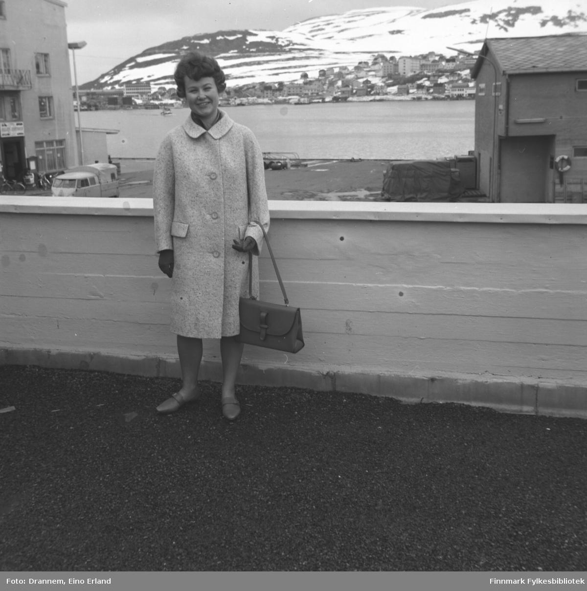 Turid Karikoski på verandataket til Tollboden i Hammerfest. I bakgrunnen ses bydelen Fuglenes under Vardfjellet.