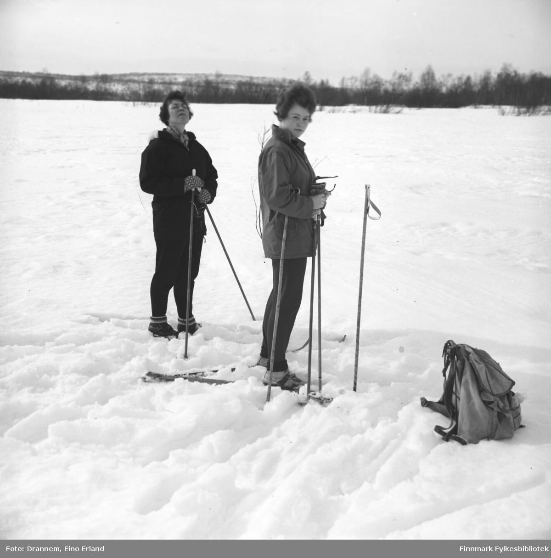 Jenny Drannem og Turid Karikoski på skitur.