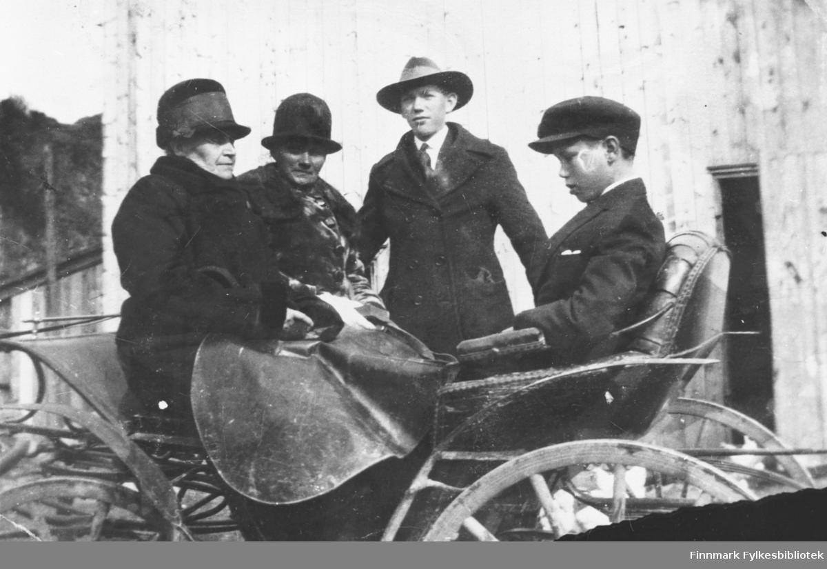 To kvinner og to gutter i en hestevogn. Ukjente personer, ukjent sted. B 5726