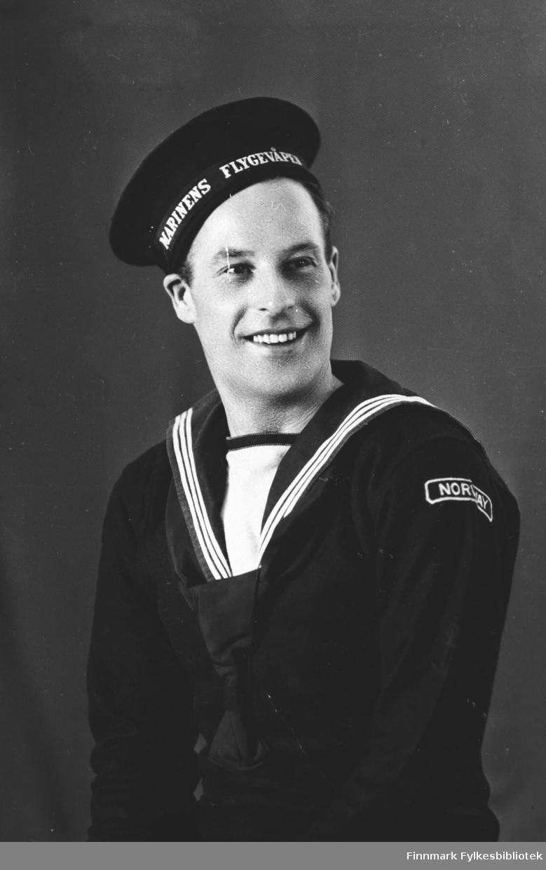 Portrett av Wessel (Wesley) Lund i uniform fra den norske marines flygevåpen. B 5740