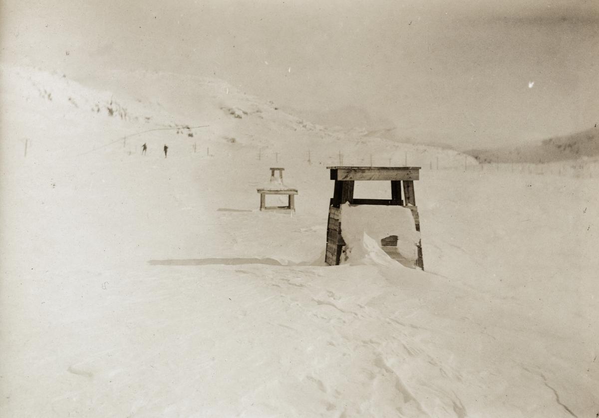 Nedsnødd snøoverbygg nær Finse stasjon. Avtrekkshatt for røyk fra damplokomotivene i forgrunnen.