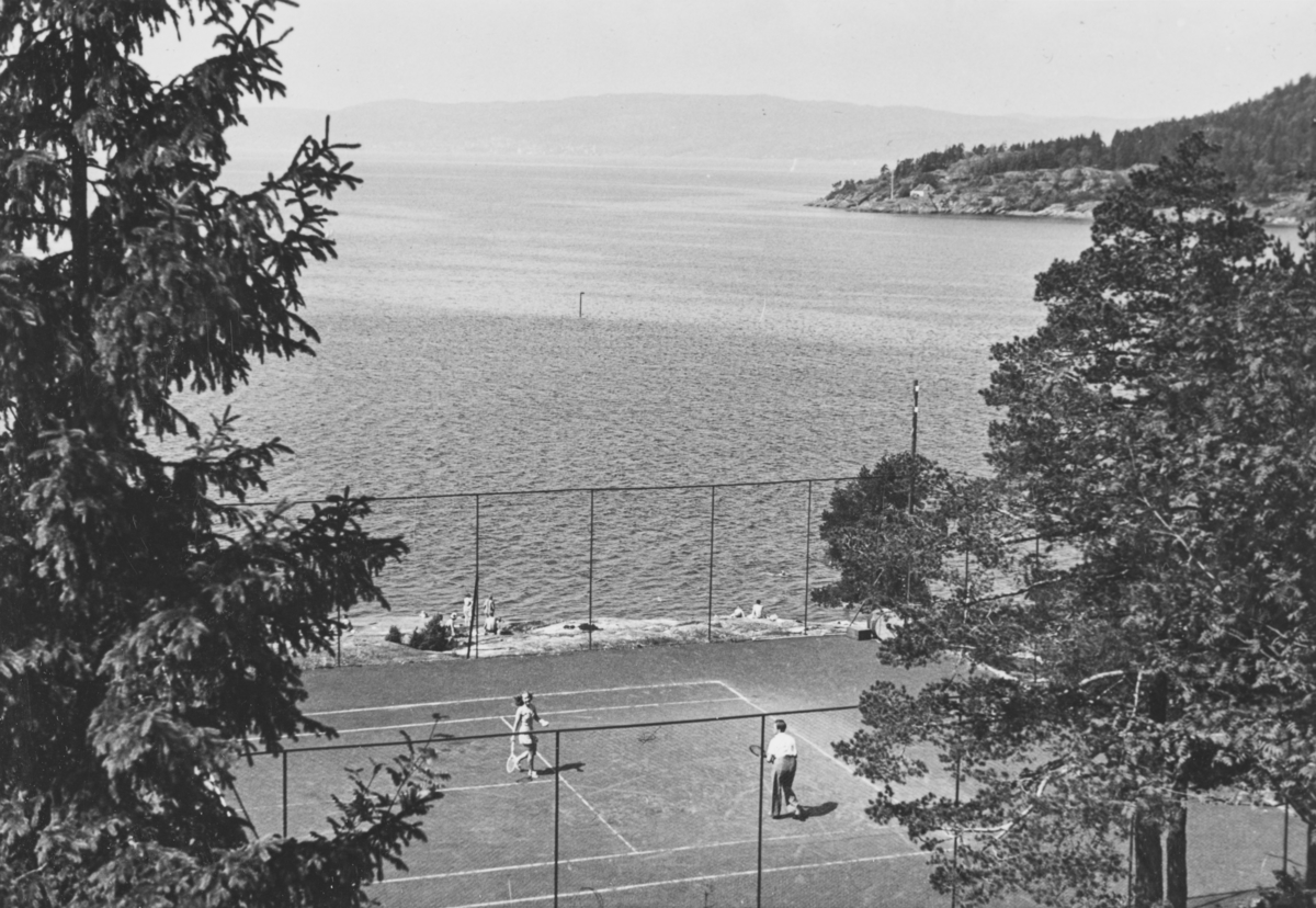 Liv og Leif-Erik Bech spiller tennis i Son i juli 1940.