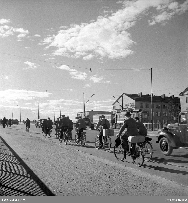 Stockholm. Cyklister på väg över Tranebergsbron efter arbetsdagens slut.