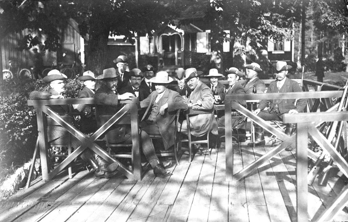 Bilden föreställer landstormsmän, 1914, och är tagen på Skarpskytteföreningens gård Röjningen (alt Rödjningen) i Sätra.