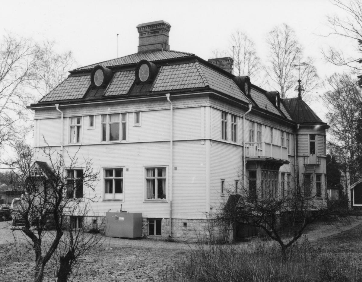 Hemgården. Miljöbild från Syd-Väst. Södra och Västra fasaden.