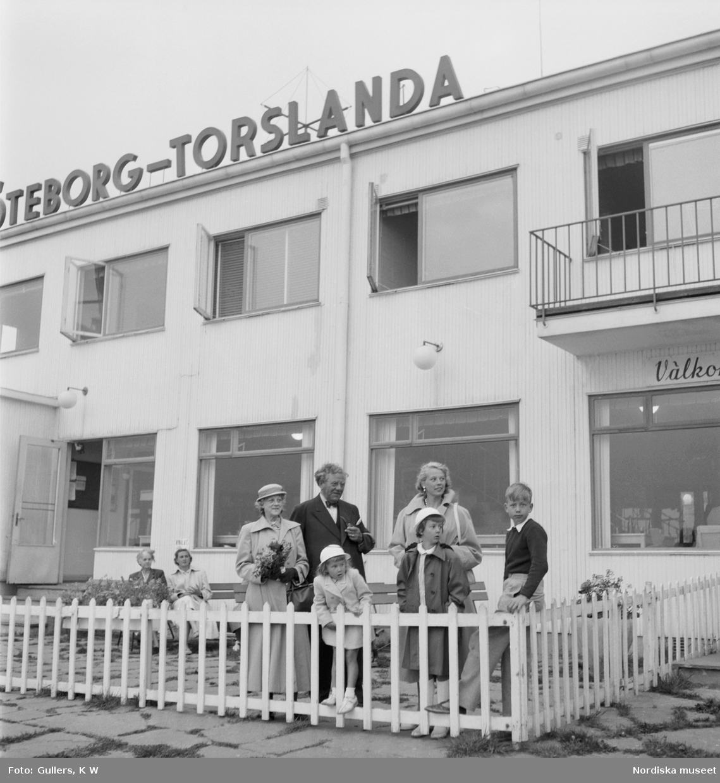 Väntande människor på flygplatsen Göteborg- Torslanda.