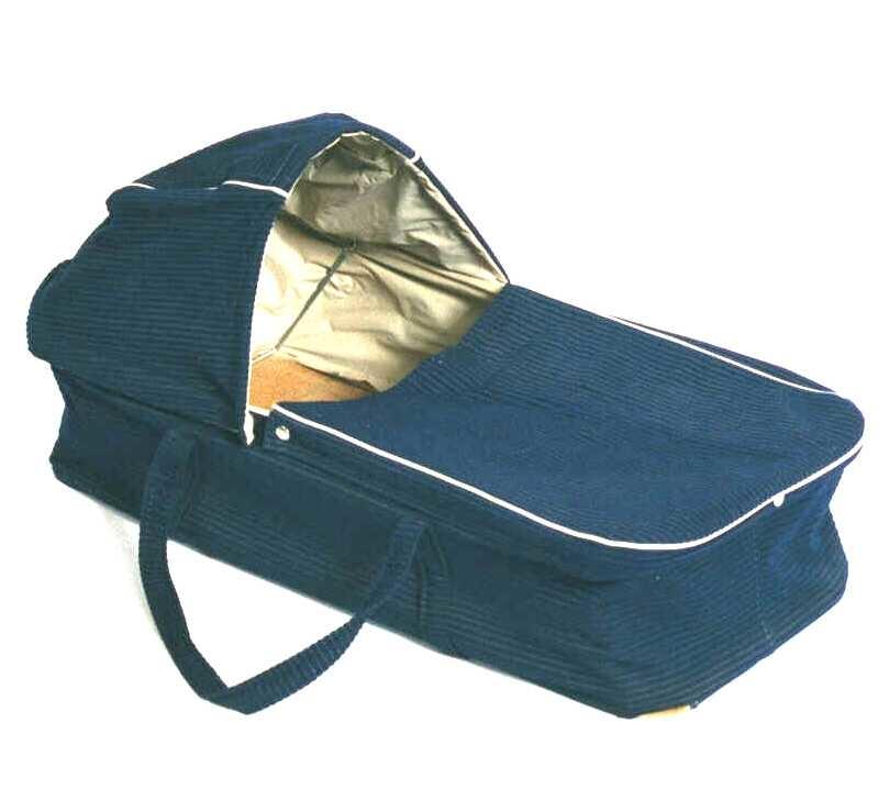 Bærebag for babyer. Huntonittplatebunn, under trukket med blå voksduk. Utvendig trukket med mørk blå cordfløyel, innvendig med hvit  plast. Uten madrass. Kalesje og deksel av blå cordfløyel, foret med hvit plast.  Lav kurv med avrundede hjørner og to lange bærehanker av blå cordfløyel.
