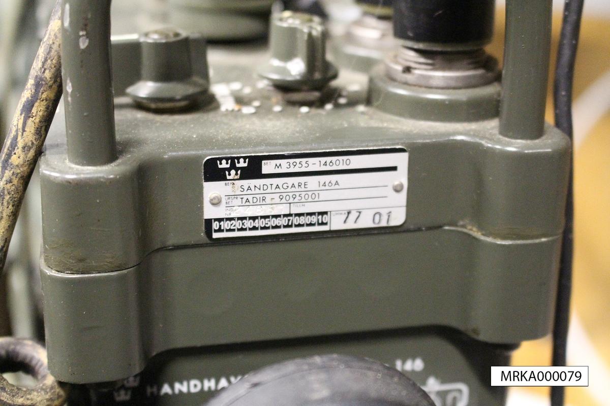 Ursprungsbenämning: Sändtagare 146 A Ursprungsbeteckning: TADIR-9095001  Allmänt: Stationen består av sändtagare med batterienhet, antenn och handmikrotelefon. Strömförsörjningen skedde från uppladdningsbara batterier eller från kraftaggregat. För batterierna finns en speciell batteriladdare. Vid fordonsinstallation användes ett speciellt kraftaggregat med inbyggd högtalare och reglage för antennanpassning. Utförandet är i halvledarteknik.  Data: Frekvensområde: 30,0 – 75,95 MHz uppdelat på två band Band A: 30,0 – 52,95 MHz Band B: 53,0 – 75,95 MHz Kanalseparation: 25 kHz Sändareffekt: 1,5 – 4 W Modulationsslag: FM Transmissionstyp: Simplex, telefoni Kanalantal: 920 st Antenner: Marschantenn, normalantenn, fordonsantenn eller högantenn Räckvidd: Marschantenn: 7 km Normalantenn: 12 km Högantenn: 25 km Kraftförsörjning: Batterilåda eller från kraftaggregat