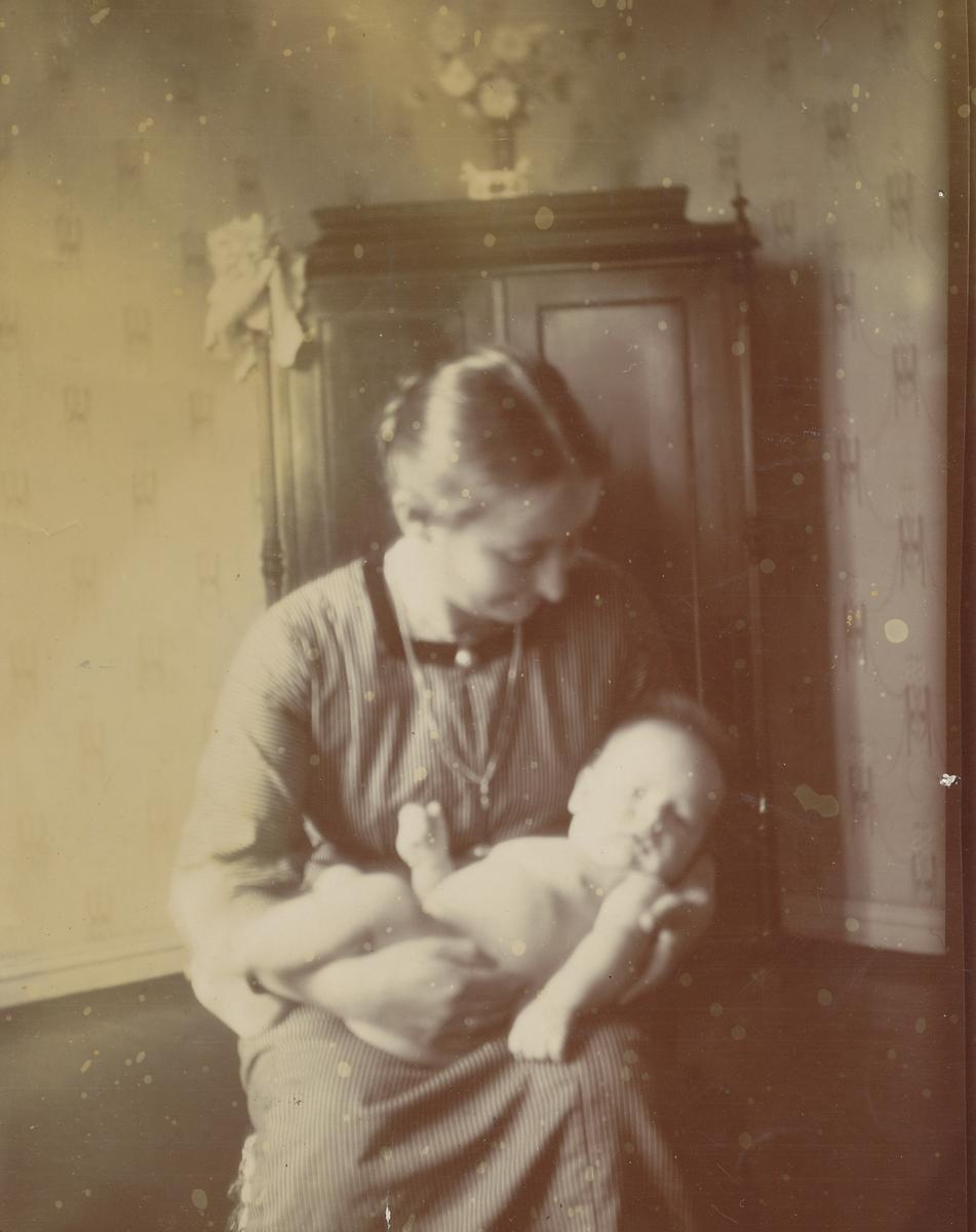 Tilla Valstad med spedbarn i armene, ikke hennes barn.