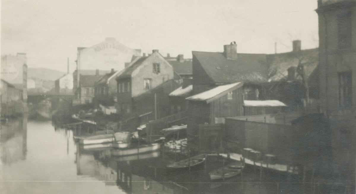 Akerselva ved Hausmanns bro, bebyggelse og småbåter.