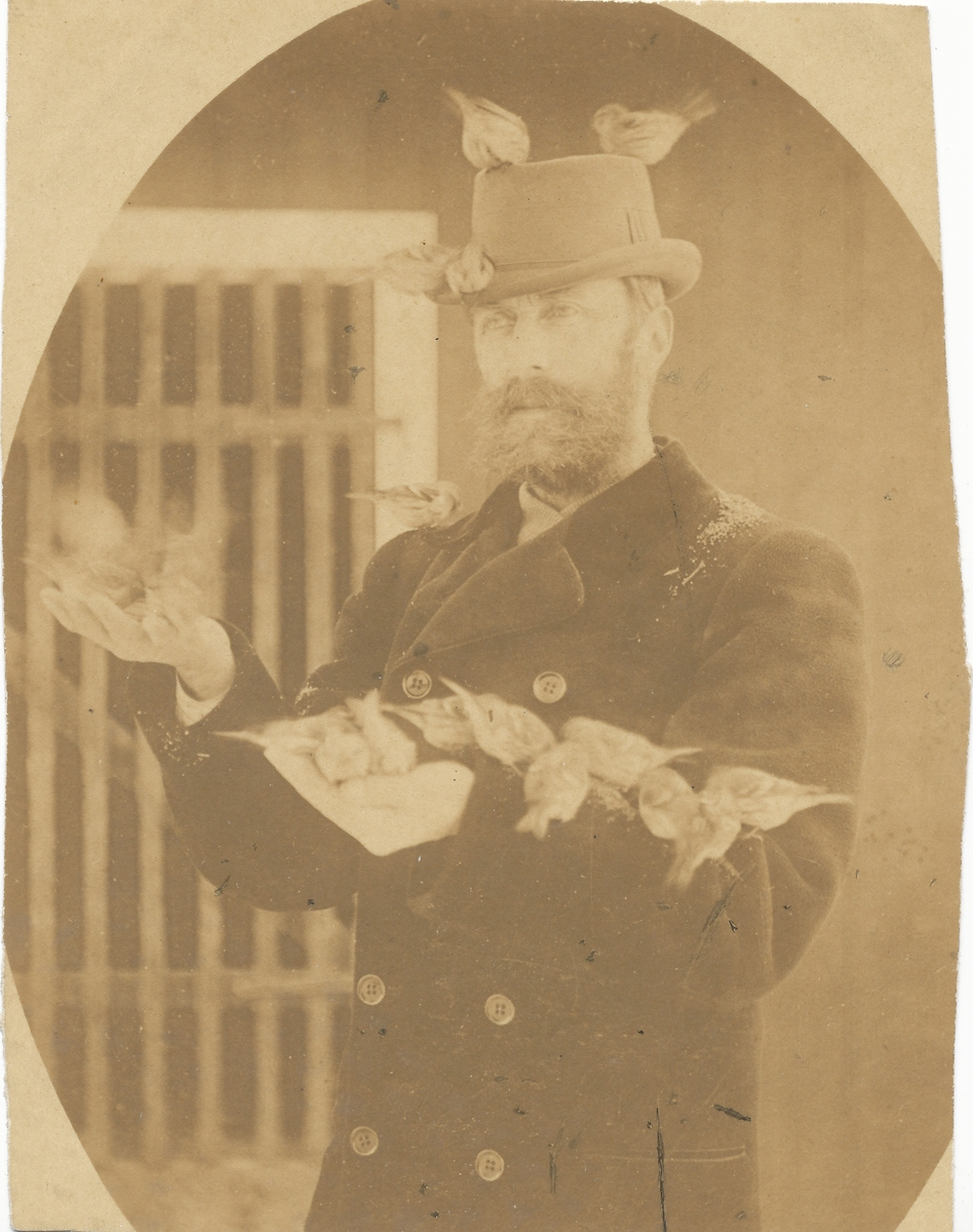 Thomas Jensen med armene og hatten full av gråsisik
