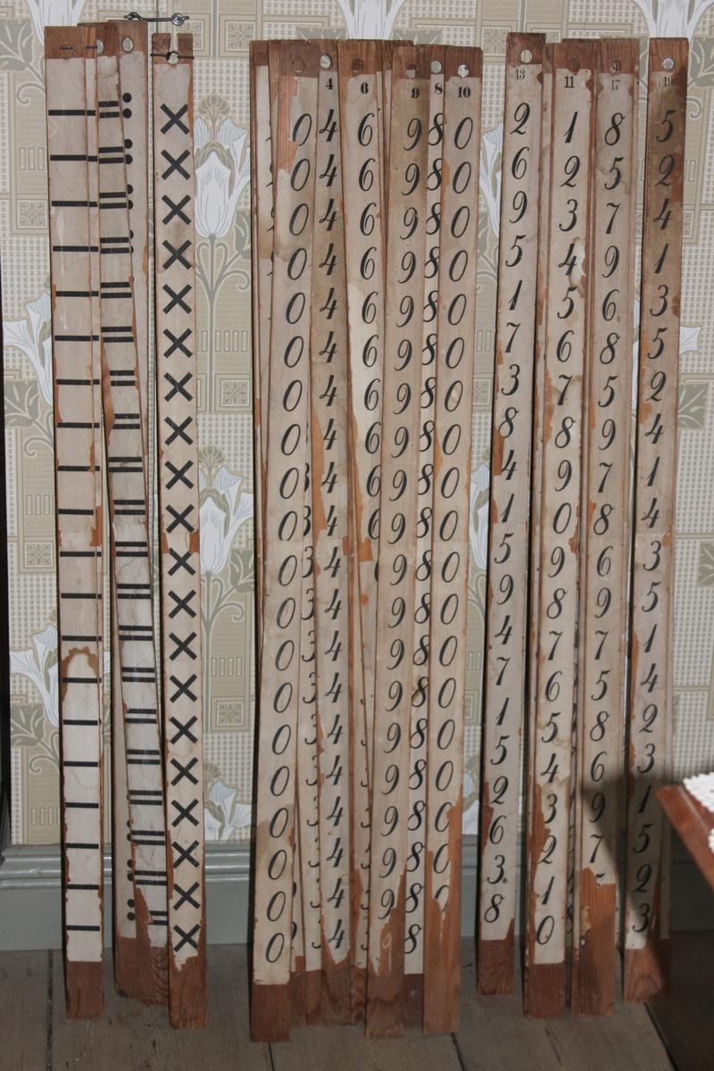 Räknestav i trä med påklistrad pappersremsa. Denna stav har siffran noll längs hela staven.