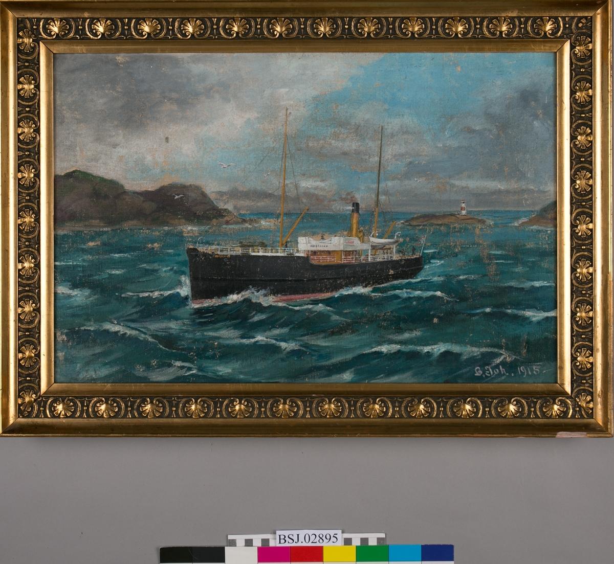 Skipsportrett av DS NORDFJORD under fart i kystlandskap, måker og fyrtårn i bakgrunnen. Motivet er i skrått perspektiv, og er ikke et klassisk skipsportrett. Norsk flagg i akter