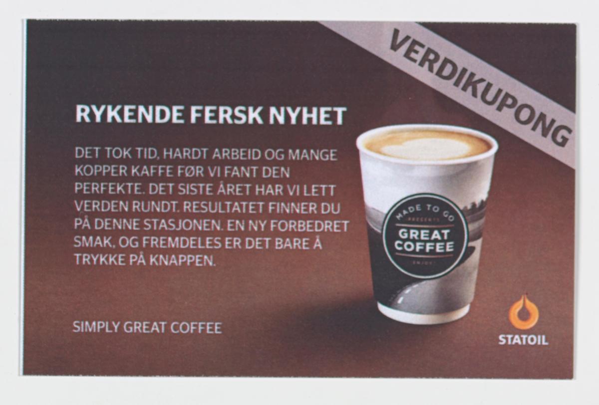 "På reklamekortet er det på begge sider et fotografi av et pappbeger med kaffe. På begeret er det en etikett med teksten ""Made to go Great Coffee"""