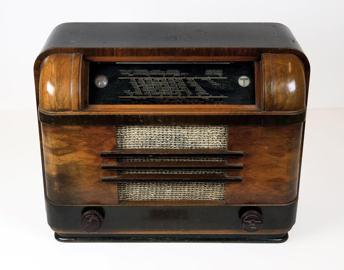 Tungsram radiomottaker,typ 955. Kjøpt på Lillehammer 9.april 1940. Har tilhørt Jan Olstad,Lillehammer. Etter at radiomottakerne i Norge var blitt beslaglagt av tyskerne høsten 1941 var dette apparatet helt til kapitulasjonen i mai 1945 i bruk på den lokale Gestaposjef Stickmanns kontur på Trararo,Lillehammer.