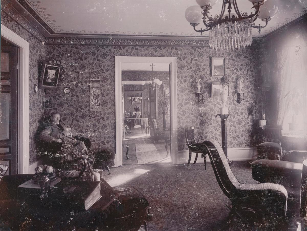 Interiör från från konsul Söderbergs hem. Röda salongen. Konsul Söderberg själv syns på bilden.