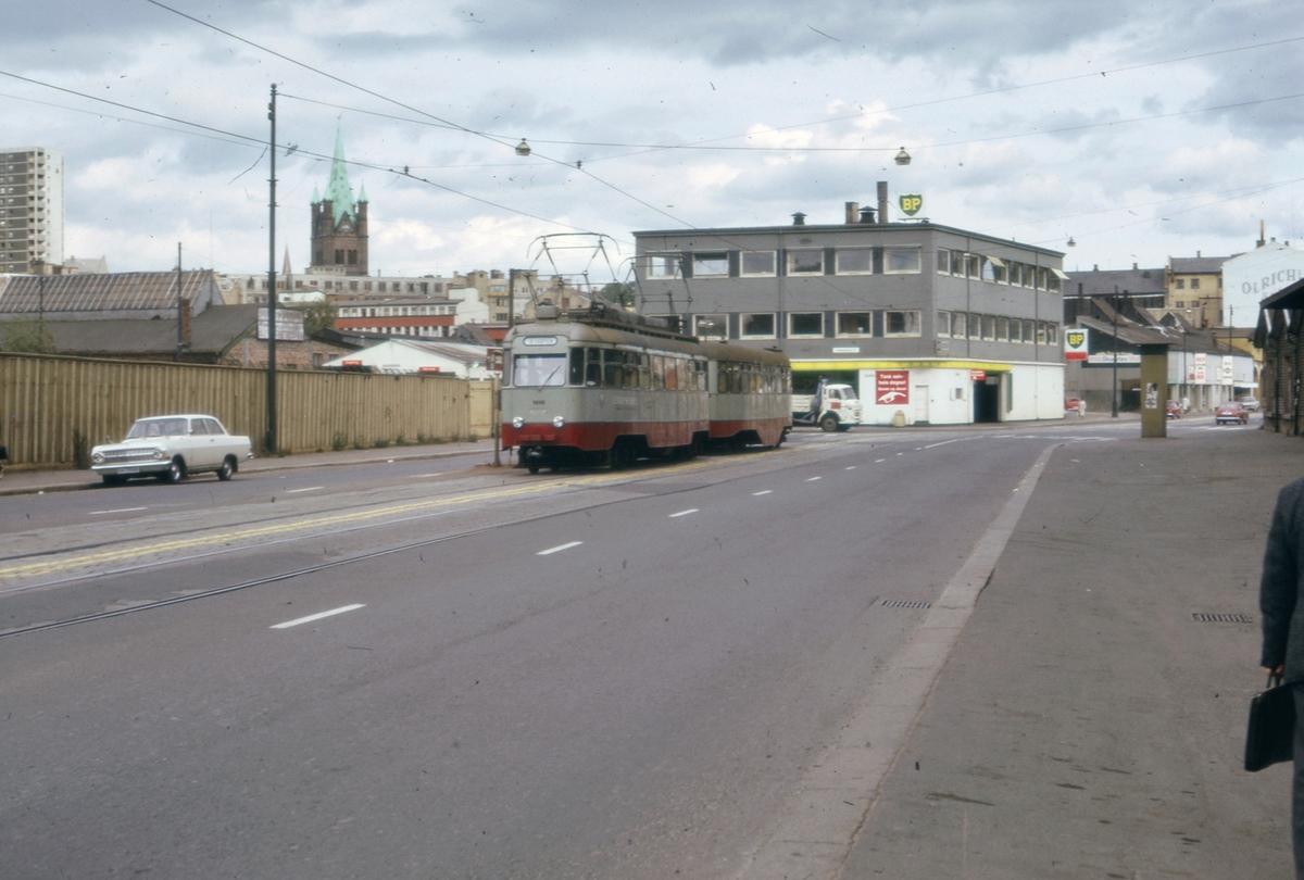 Ekebergbanens sporvogn 1010 med tilhenger i krysseti Schweigaardsgate / Tøyenbekken.