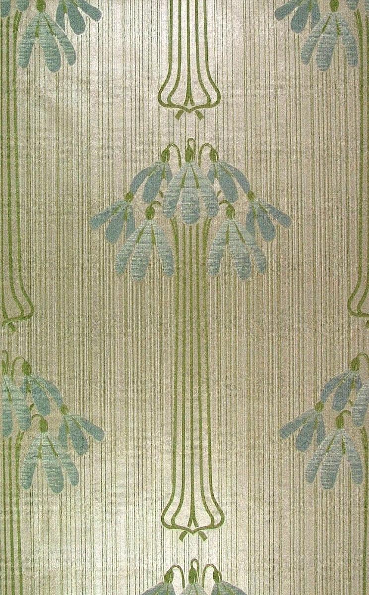 Randmönster med skilla-liknande blommor i diagonalupprepniong. Ett storfigurigt blommönster i gulgrönt och cremevitt samt i två ljusblå nyanser på en ljusbeige bakgrund. Wienerjugend.    Tillägg historik: Tapet från gård byggd 1856 vid Indalsälven Gården byggdes till änkeprostinnan Fältström.