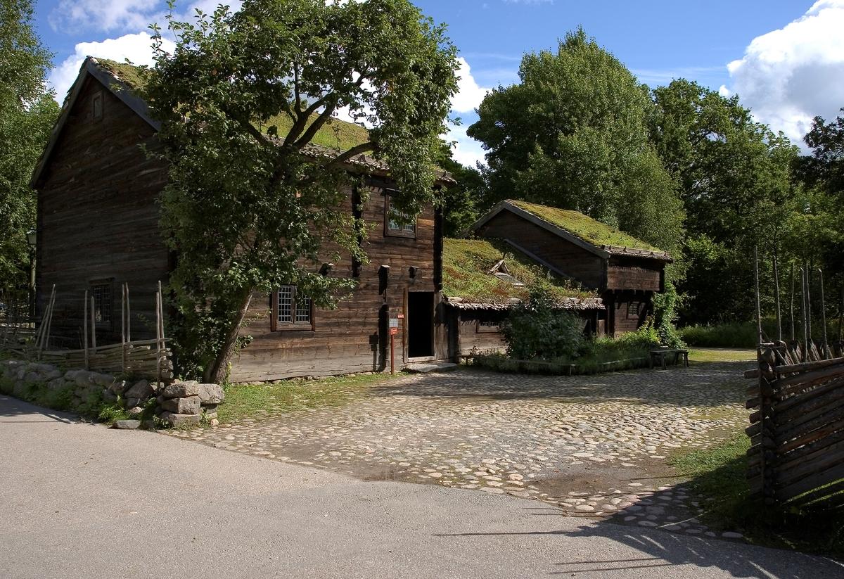 Kyrkhultsstugan flyttades till Skansen 1891 och är en av de första byggnader som Arthur Hazelius köpte och lät uppföra på Skansen. Huset samlades in på grund av sin ålderdomliga karaktär och visar en så kallad högloftsstuga bestående av en låg ryggåsstuga som är sammanbyggd med en högre loftbod (häbbare) på var sida. Fasaden är omålad. De tre byggnaderna har sadeltak, nävertak som täckts med torv. Skorstenen är placerad i det bortre takfallet på stugan, bostadsdelen i mitten, den enda del av byggnaden som var uppvärmd.  Byggnaden är troligen från 1700-talet och flyttades från Lilla Brödhults by i Kyrkhults socken, Listers härad i Blekinge.