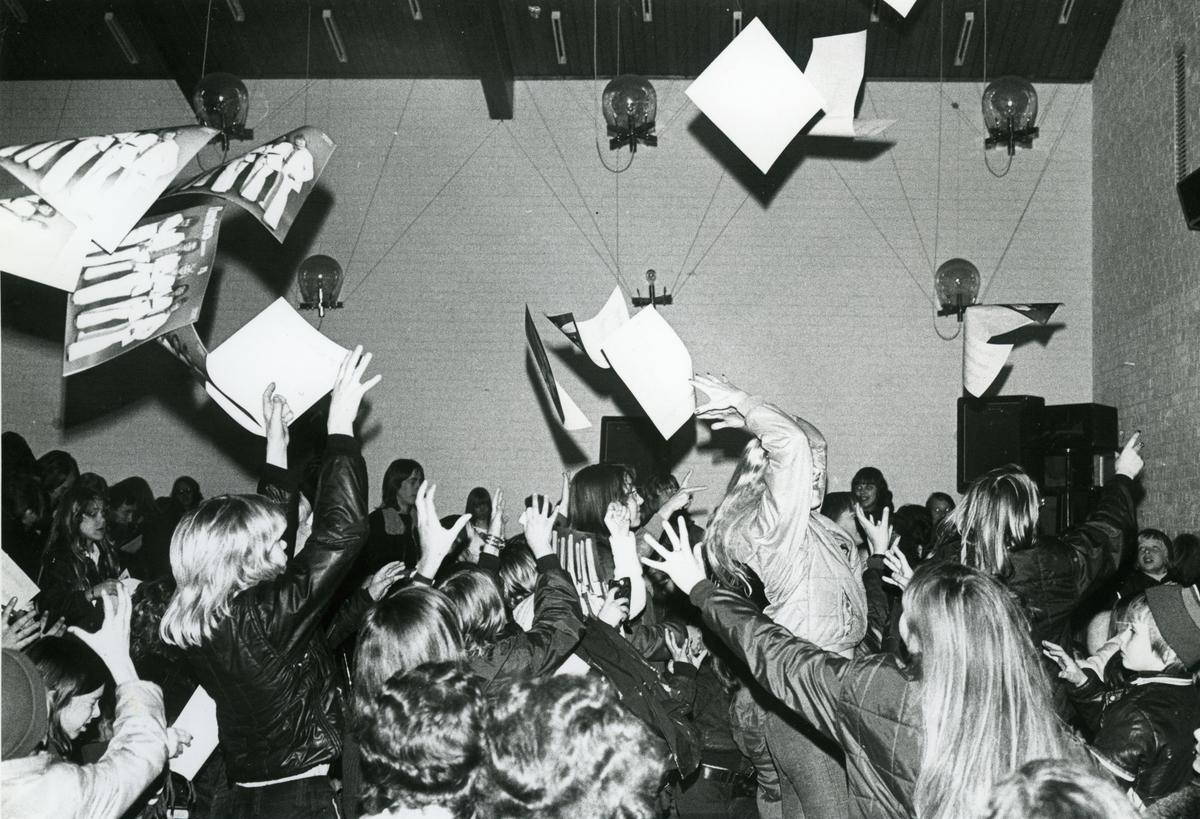 """17 mars 1974 ordnade Partille IF ett konsert av Flamingokvintetten. I protokollet rapporterades att """"Flamingogalan hade gått för fullt hus och med fin stämning"""".  Partille IF organised a concert by The Flamingo Quintet on 17th March 1974. The board meeting minutes record that """"The Flamingo gala was sold out and had a great atmosphere."""""""