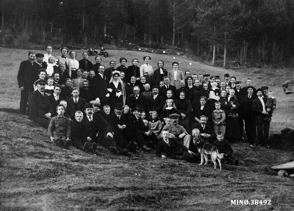 Gruppebilde. Bryllupsbilde. Bryllupet til Inger Berget og Johan Ødegård på Bergerønningen, oktober 1913