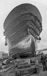 Sjøsetting på H.M.V. Et større skip som sjøsettes - verksted