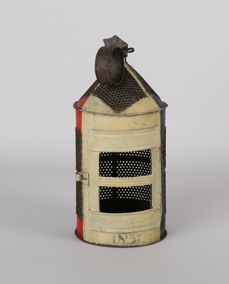 Rund lanterne av blikk for talglys, merket 1837, med liten dør.