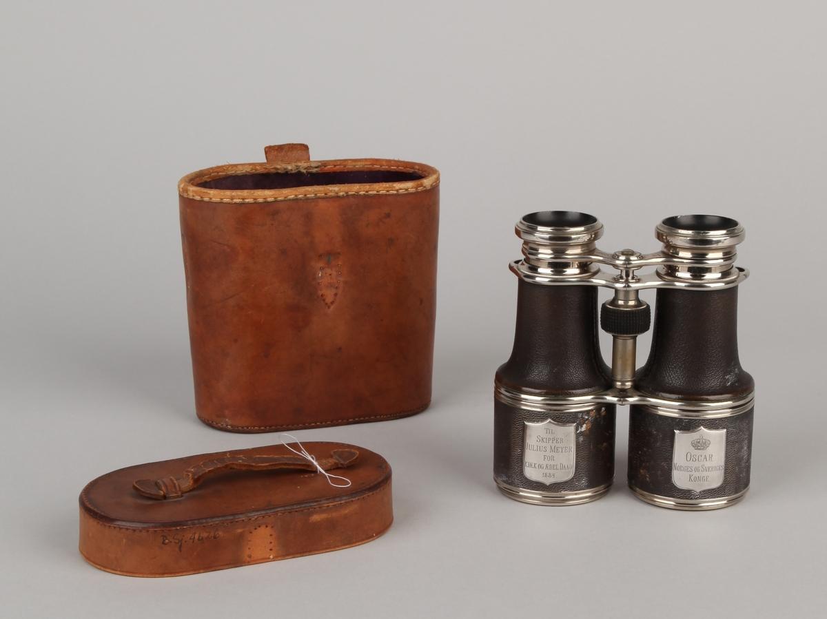 Kikkert gitt fra Oscar, Norges og Sveriges konge til skipper Julius Meyer i 1884.  Med to linser, fokusering ved å dreie lite ratt mellom linsene. I læretui.