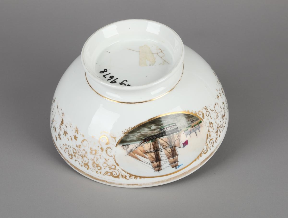 Bolle, i flere farger av en engelsk brigg ved Helsingør slott. Noe avslitt gulldekor.
