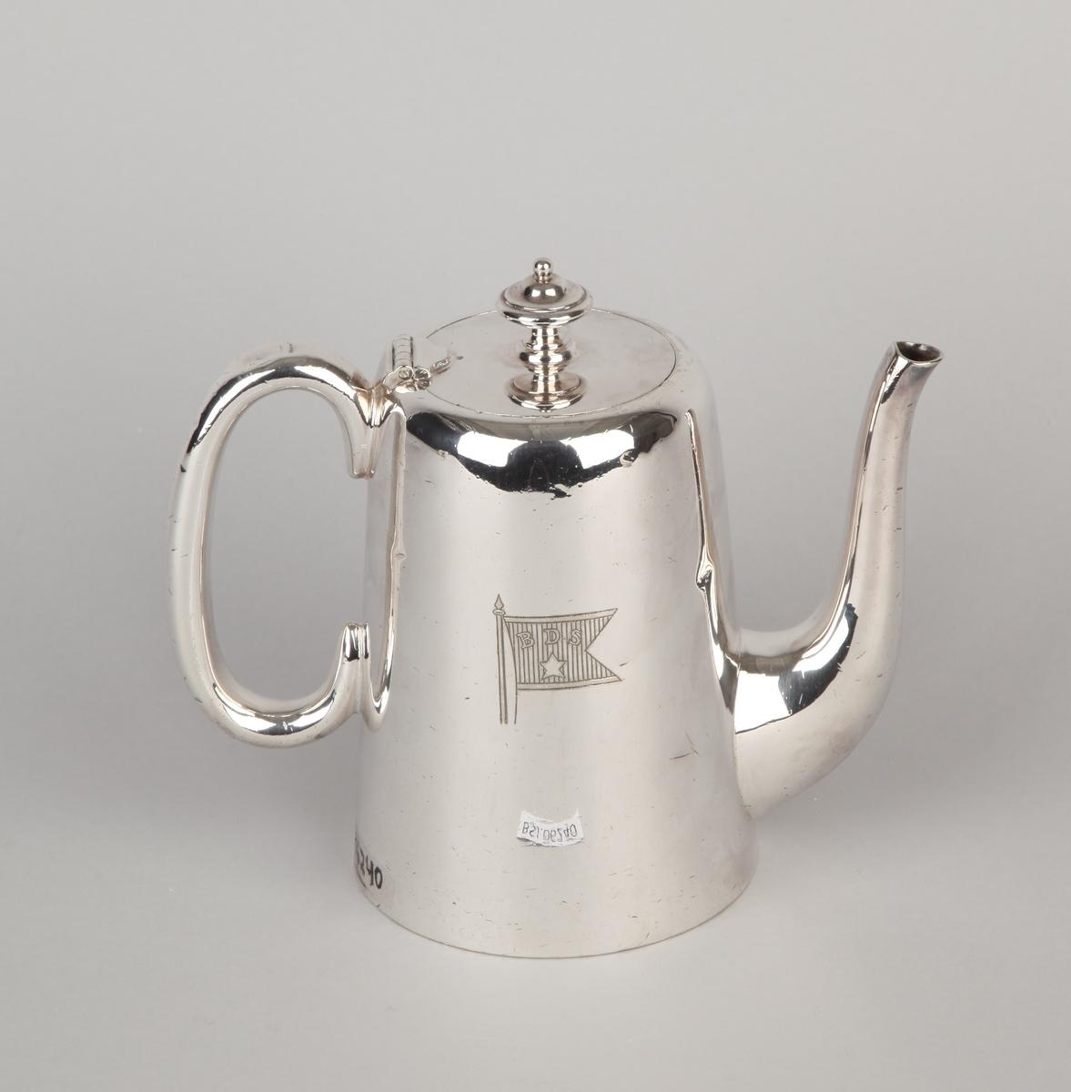 Kaffekanne i nysølv med tut, hank og hengslet lokk.