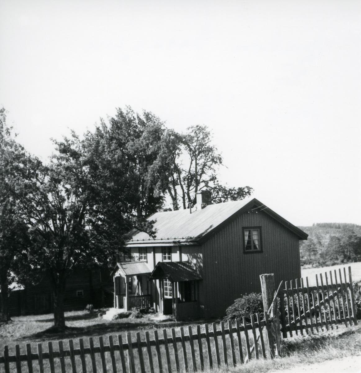 Samme bilde som 781, men mjølkrampa er borte. Jons i Galåsen (stort tuntre til venstre, gjerde og grind i forgrunnen).
