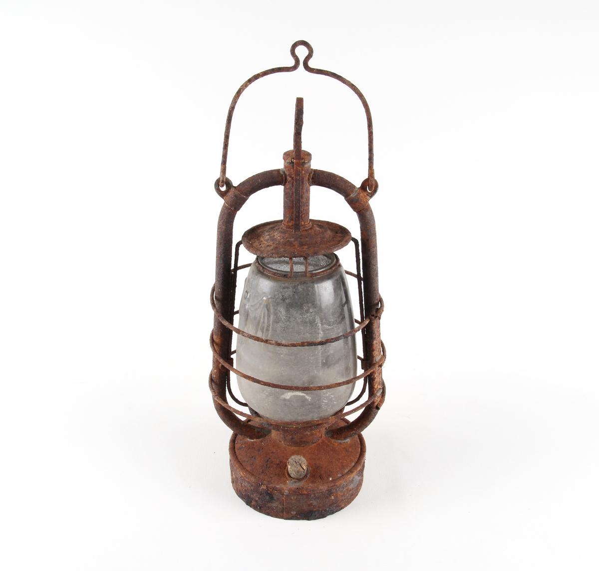 Flaggermuslykt med rund tank med en ramme og brenner. Gasskuppel står ned på brenneren.