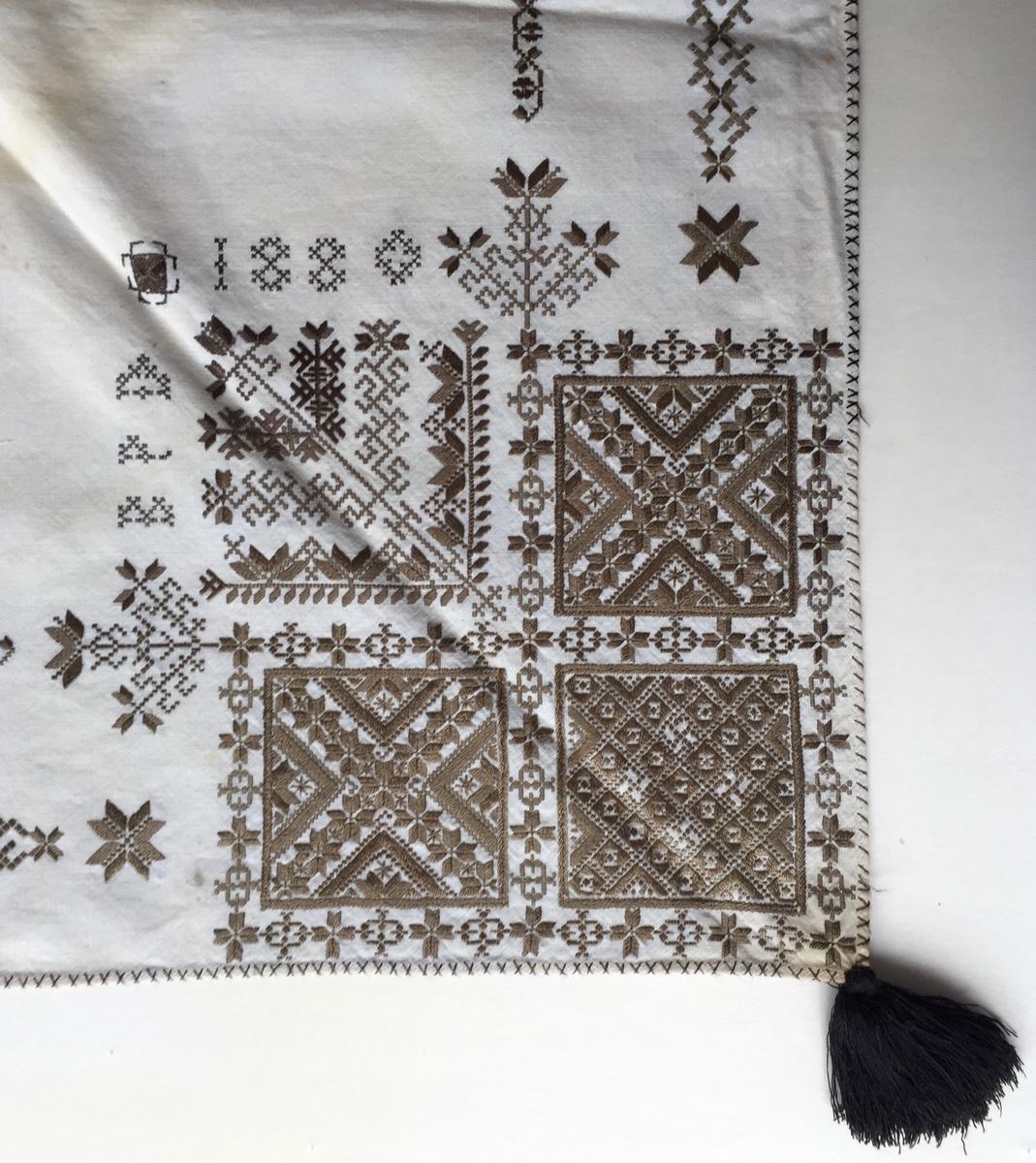 Geometriskt mönster med blomsterliknande former i kvadraterna på ryggsnibb och framsnibbar. Två bårder, blomsterranksliknande mellan ryggsnibb och framsnibbar. På framsnibbarna en oval dekoration. Spiran på ryggsnibben har en fyrkantig form. Sju ornament.