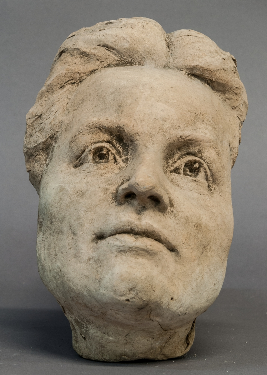 Skiss i terracotta, ansikte av kvinna.