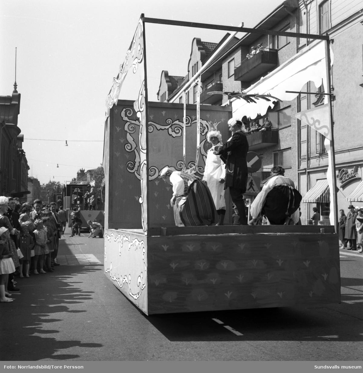 Barnens dags-tåget genom Sundsvall 1961. Bilderna är huvudsakligen från Köpmangatan och leds av Ridande poliser och en blåsorkester. Därefter följer olika dekorerade fordon med barn och vuxna i konstfulla kostymer och med insamlingsbössor.