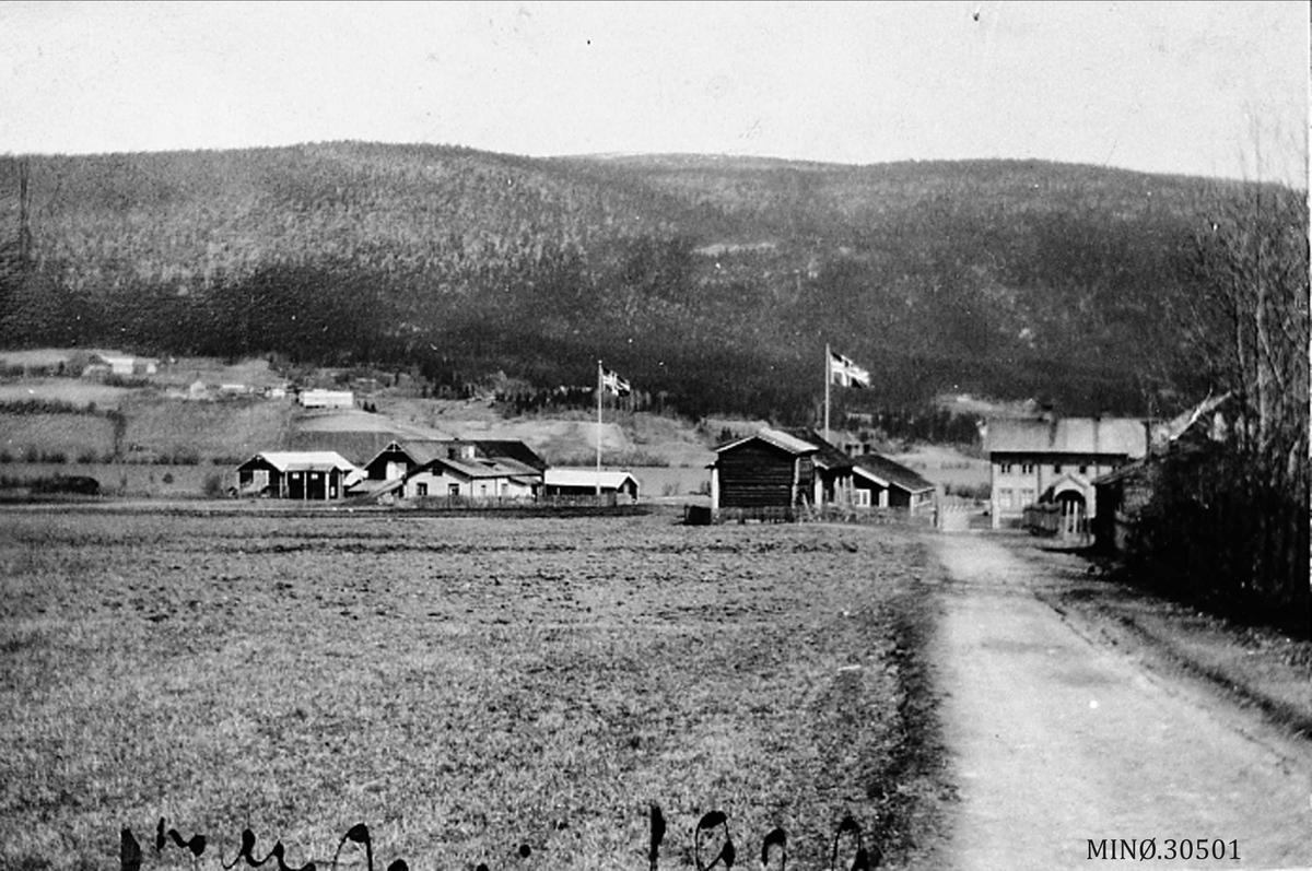 Gardsbruk - Otnes. Til venstre Norstu, Søstu (brukt som gamlehjem)
